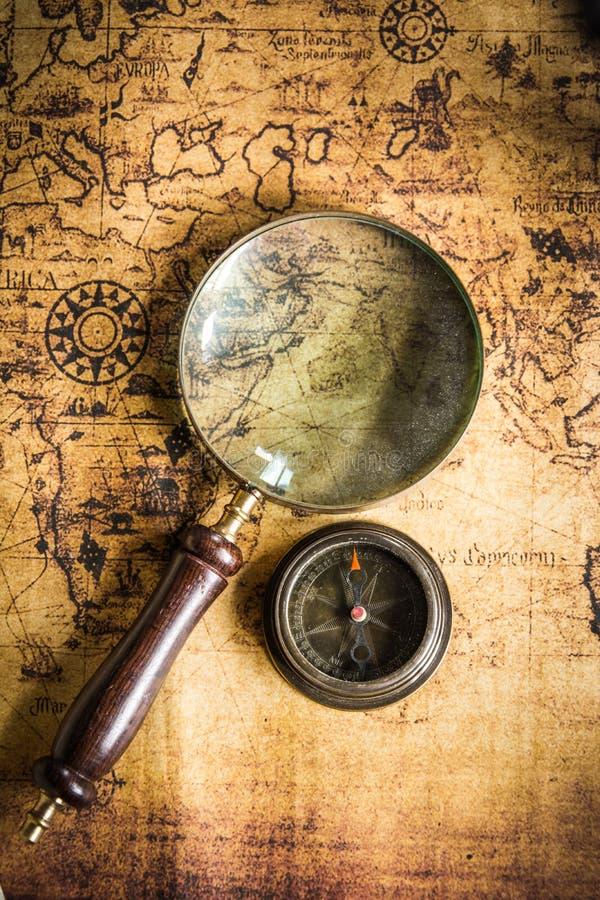 Stara mapa z kompasem i Magnifier fotografia royalty free