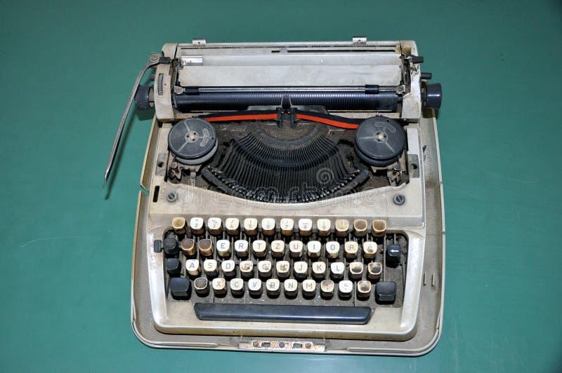 Download Stara maszyna do pisania obraz stock. Obraz złożonej z biznes - 106909203