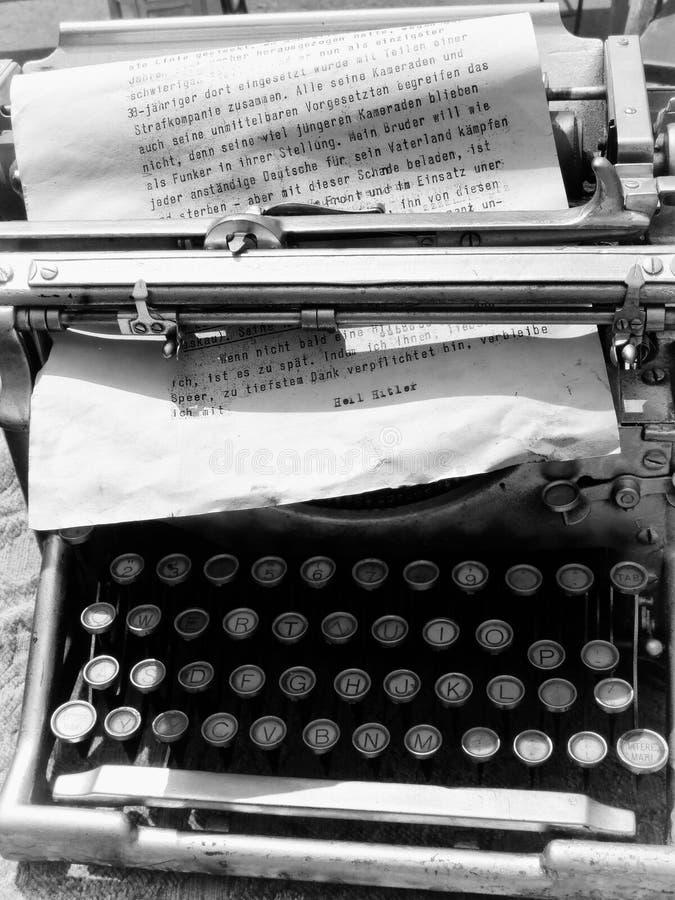 Download Stara maszyna do pisania fotografia editorial. Obraz złożonej z retro - 53793187