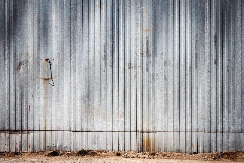 Stara metalu magazynu ściana zdjęcia stock
