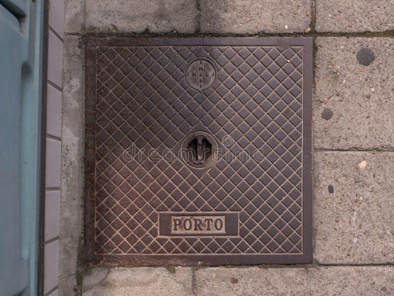 Stara metalu odcieku pokrywa w Povoa De Varzim, Portugalia z IMJBI Porto listami obrazy stock