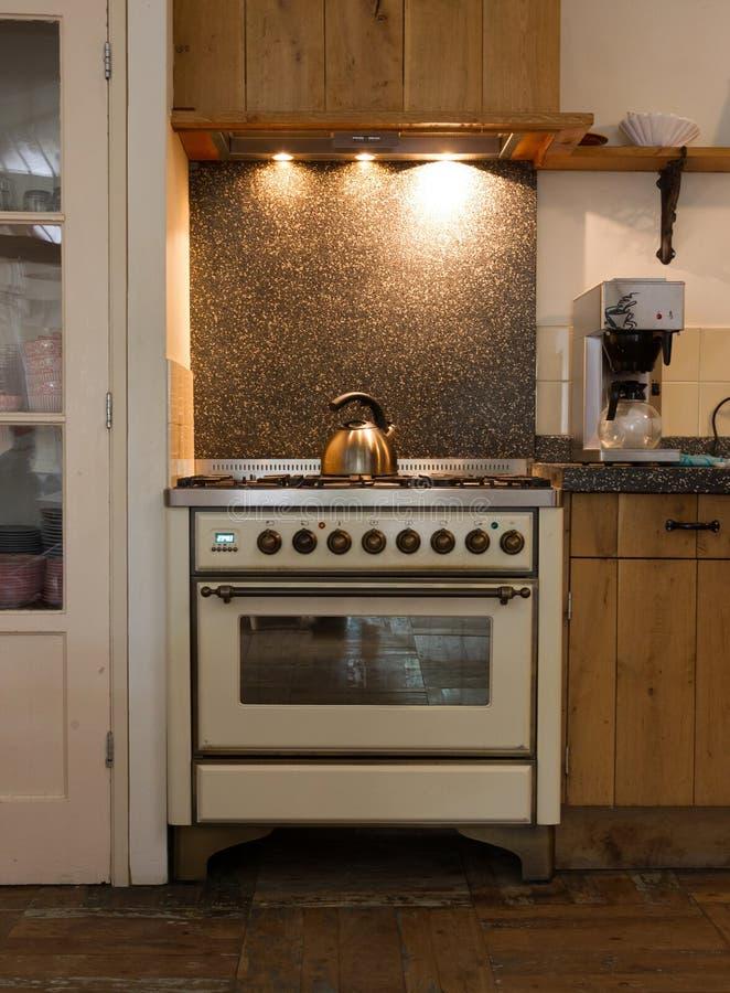 Stara mieszkanie własnościowe kuchnia fotografia stock