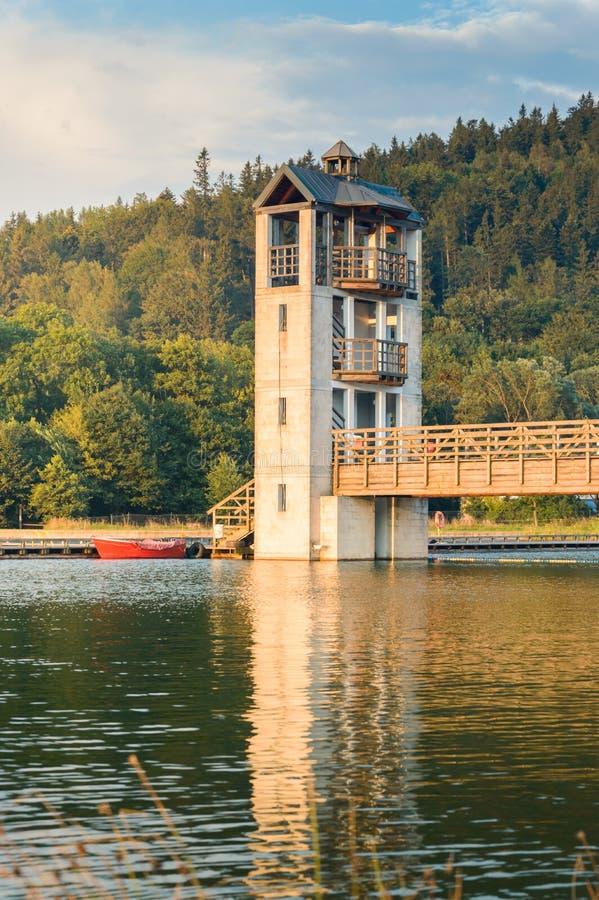 Stara Morawa, torre di osservazione dal lago fra i picchi di montagna fotografie stock libere da diritti