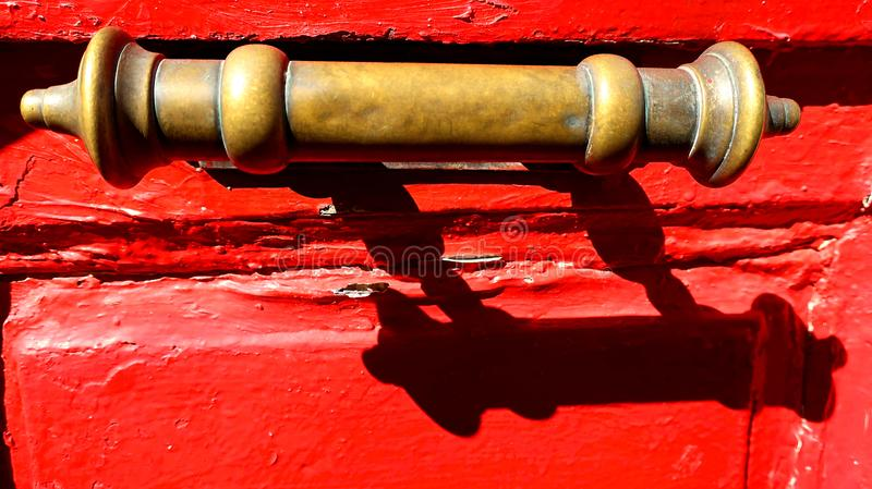 Stara mosiężna rękojeść na Czerwonym drewnianym drzwi zdjęcie royalty free