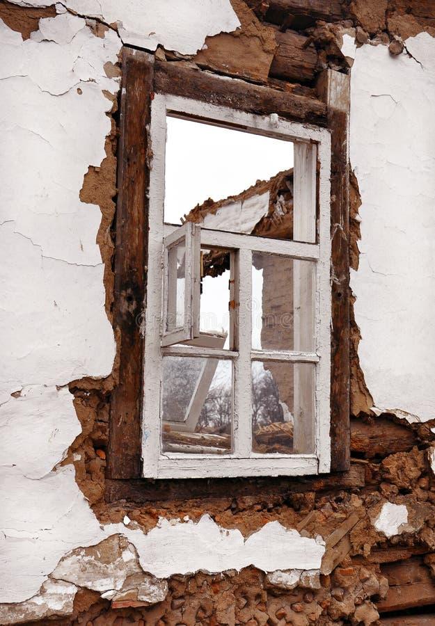 Download Stara Nadokienna Rama W ścianie Obraz Stock - Obraz złożonej z niebezpieczeństwo, szkoda: 53783677