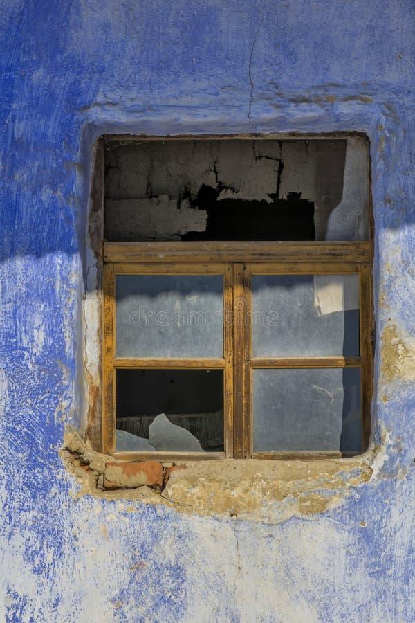Stara nadokienna rama w rocznik cegieł ścianie w wiejskim romanian domu fotografia royalty free
