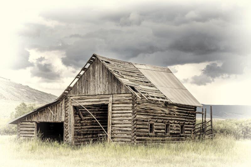 Stara nieociosana beli stajnia w Skalistych górach fotografia royalty free