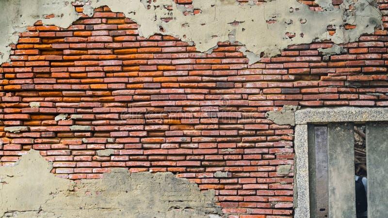 Stara nieociosana cegła i pękający tynk tekstury tło obraz stock