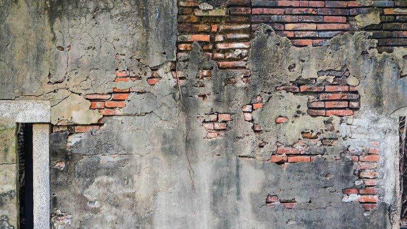 Stara nieociosana cegła i pękający tynk tekstury tło zdjęcia royalty free