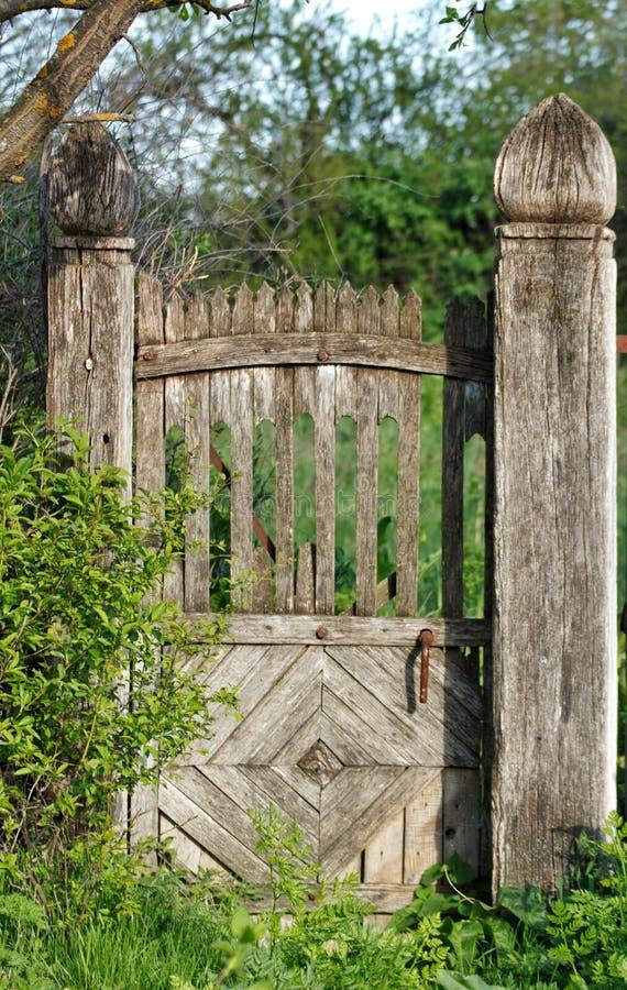 stara nieociosana drewniana brama używać w wsi obrazy royalty free