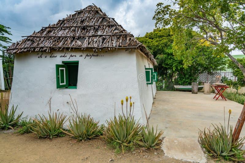 Stara Niewolnicza buda z zielonymi nadokiennymi Curacao widokami zdjęcia stock