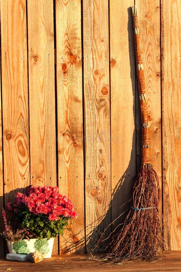 Stara nikczemna miotła przy drewnianą ścianą czarownicy ` s broomstick brzegowy Finland zatoki światła Petersburg st Dekoracja na zdjęcia royalty free