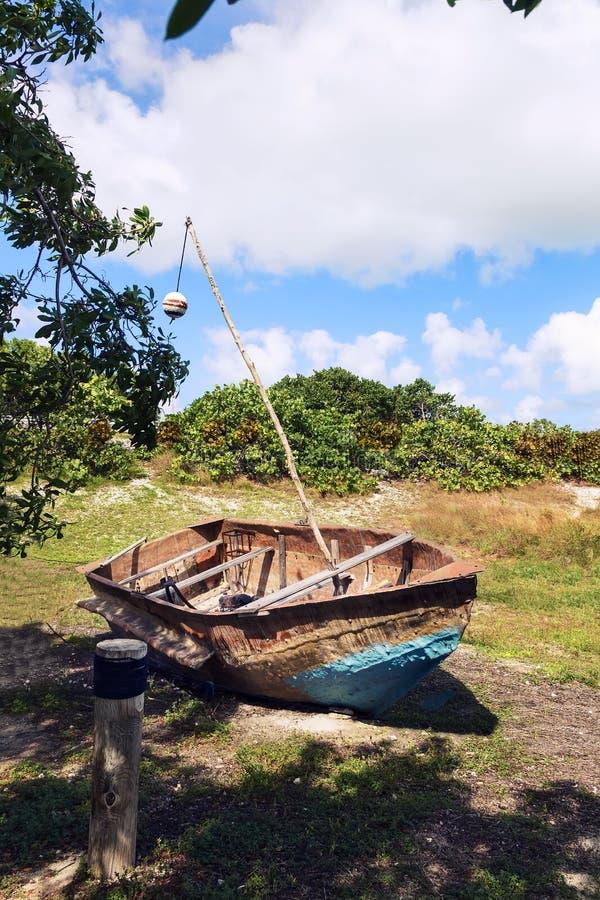 Stara ośniedziała łódź na trawie zdjęcie stock