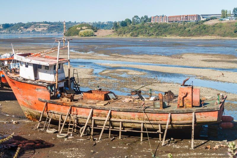 Stara ośniedziała łódź podczas niskiego przypływu w Castro, Chiloe wyspa, Chi obrazy stock