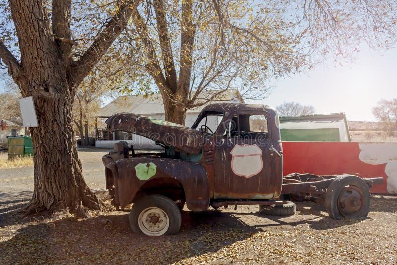 Stara ośniedziała ciężarówka pod drzewem obraz stock