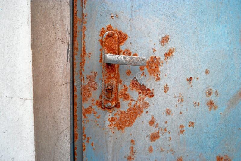 Stara ośniedziała drzwiowa rękojeść na wyjściu ewakuacyjnym zdjęcia royalty free