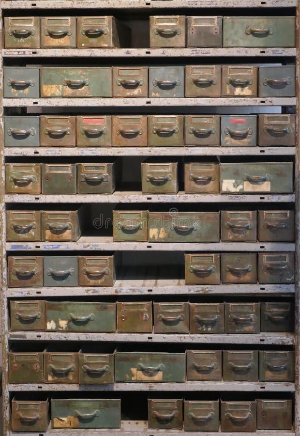 Stara ośniedziała półka z wiele kreślarzami wewnątrz pudełkami dla disused warsztata i zdjęcie royalty free