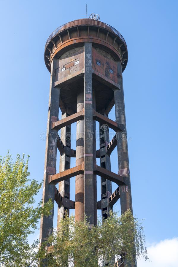 Stara ośniedziała wieża ciśnień zdjęcie stock