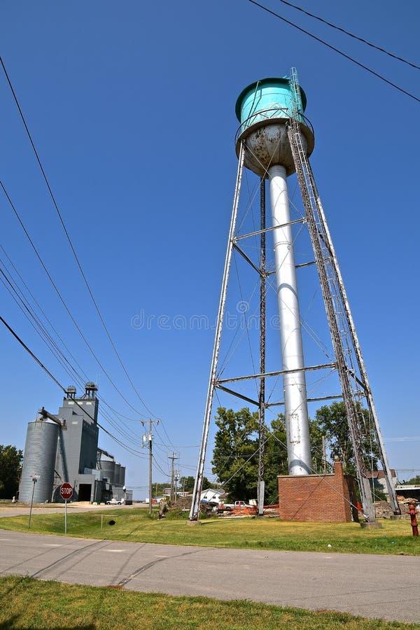 Stara ośniedziała wieża ciśnień obraz stock