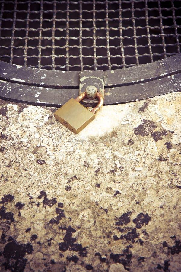 Stara ośniedziała zakończenie kratownica well - wizerunek z kopii przestrzenią zdjęcia stock