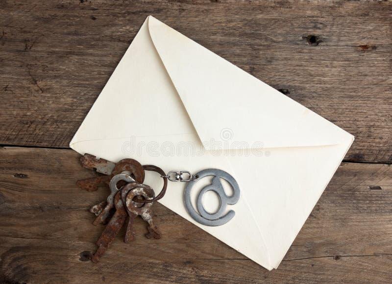Stara opancerzanie koperta i podpisuje emaila fotografia stock
