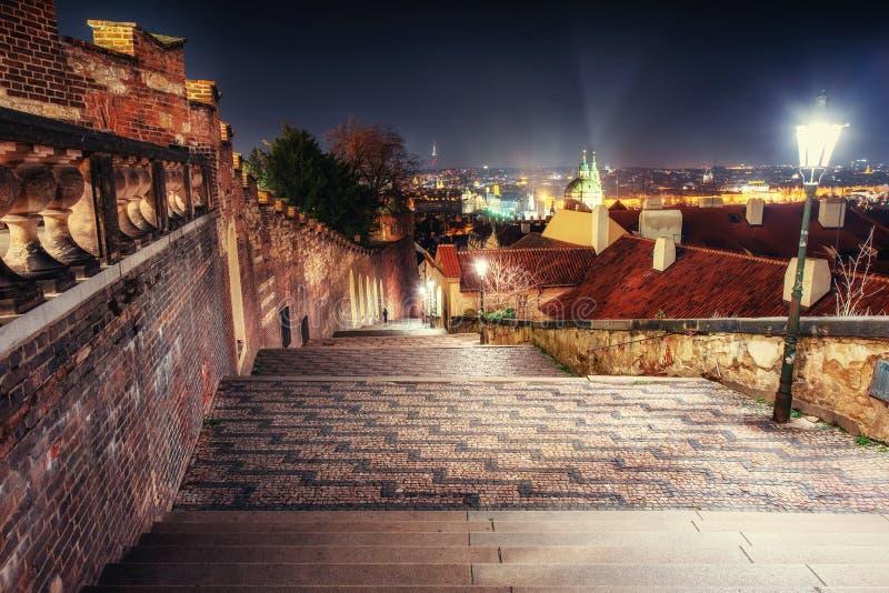 Stara opustoszała nocy ulica Praga Republika Czech, piękny łuk zdjęcie royalty free