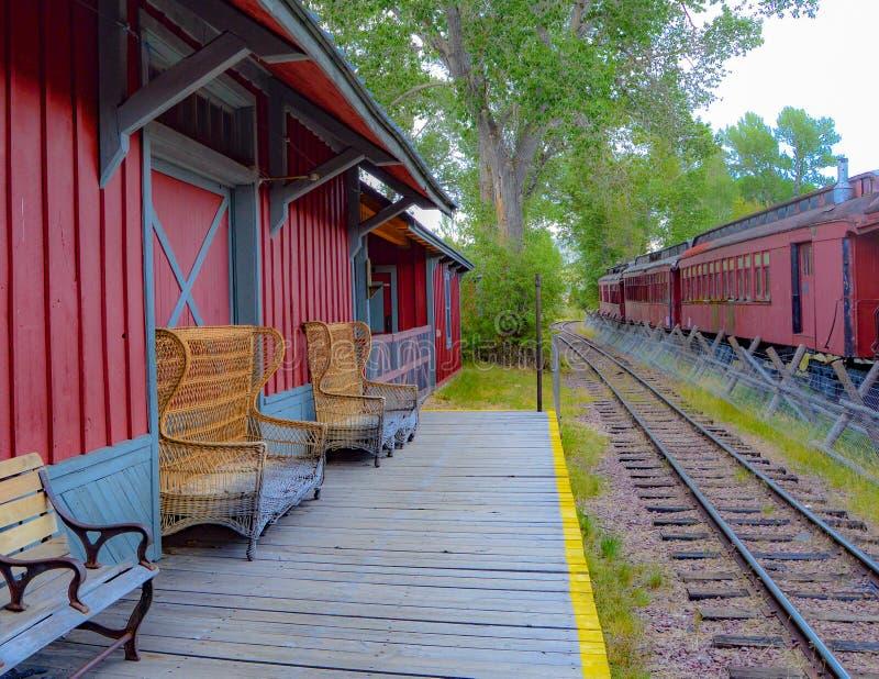Stara, opustoszała platforma cierpliwie czekać na nowych kolejowych pasażerów, zdjęcia stock