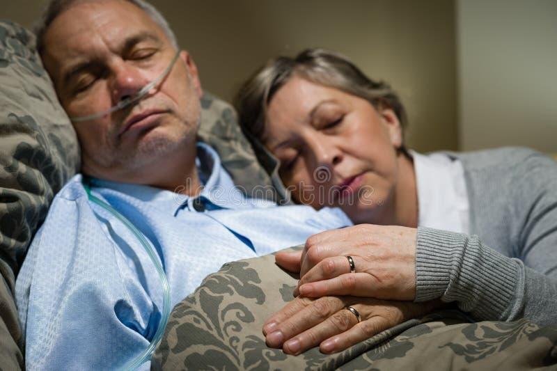 Stara para śpi wpólnie mężczyzna nosowego cannula zdjęcia royalty free