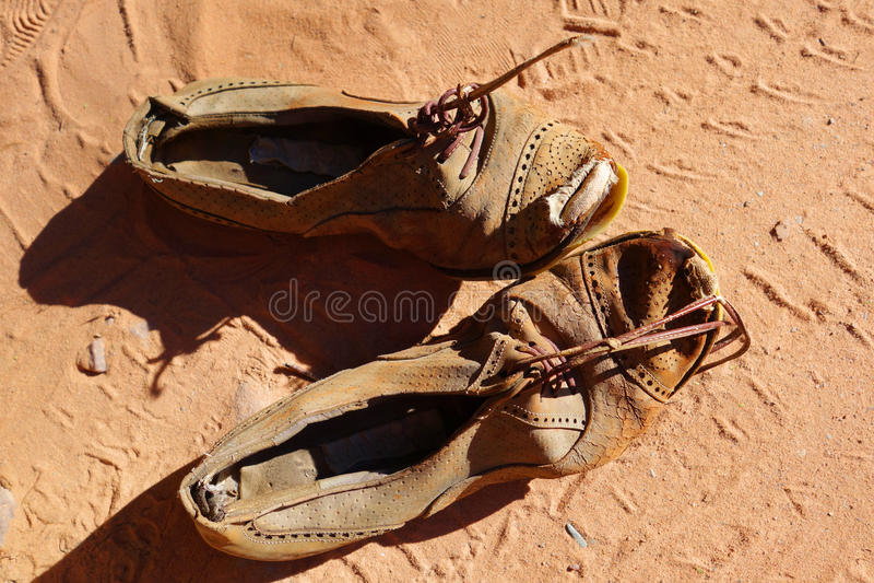 Stara para buty na piasku zdjęcia royalty free