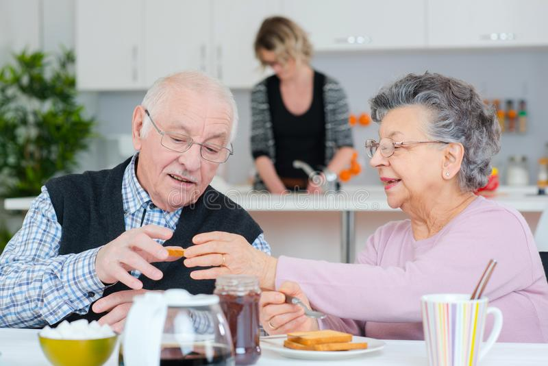 Stara para ma śniadanie obraz royalty free