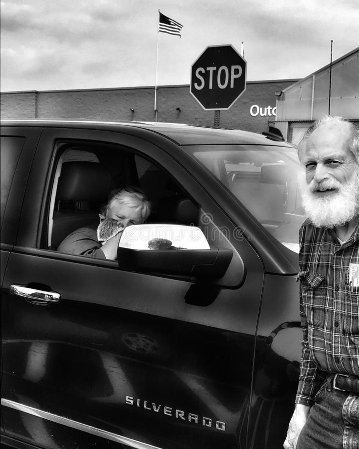 Stara para parkująca w parking z rodzinnym kotem obrazy stock