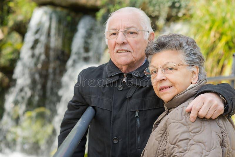 Stara para pozuje obok siklaw zdjęcie stock