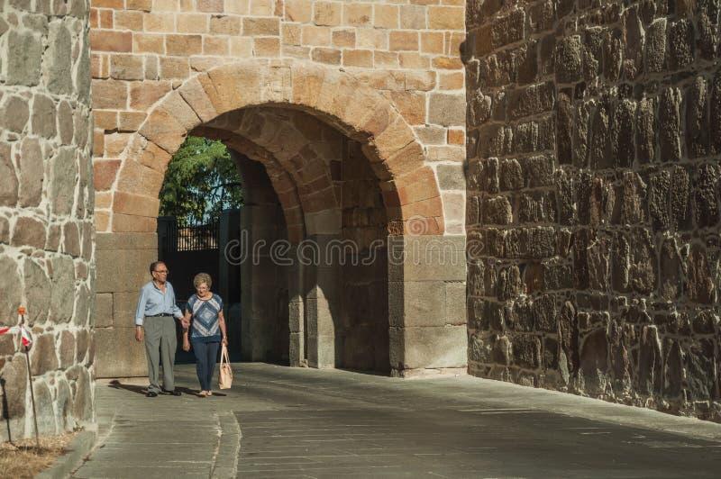 Stara para przy San Vincente bramą na ścianie Avila fotografia stock