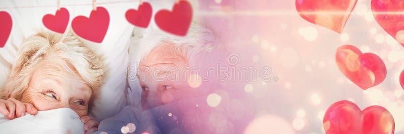 Stara para w łóżku z valentine ` s miłości przemiany sercami fotografia stock