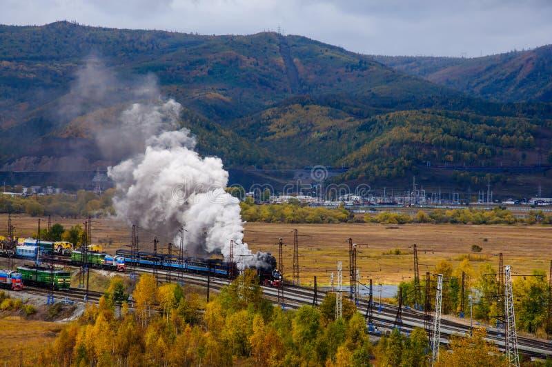 Stara parowa lokomotywa w Baikal kolei z dymem w jesieni zdjęcia stock
