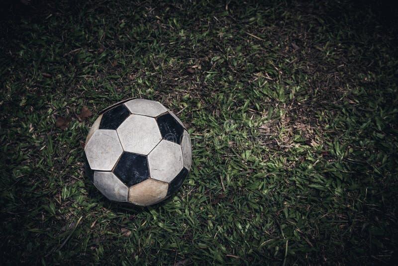 Stara piłki nożnej piłka, futbol lub kłaść na zielonej trawie dla kopnięcia sztuki pięknej kamery oczu mody pełne splendoru ziele obraz stock