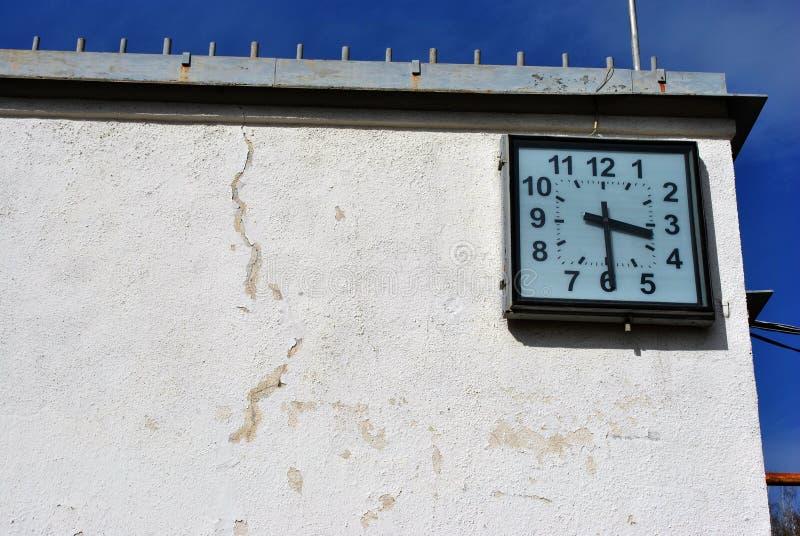 Stara podława ściana z kwadratem osiąga na niebieskim niebie obraz stock