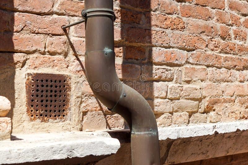 Stara podeszczowa rynna na ściana z cegieł domu zdjęcie royalty free