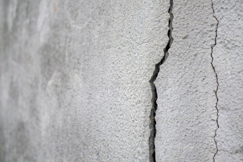 Stara podstawy i tynku ściana z pęknięciami Budować wymagający remontowego zbliżenie zdjęcie stock