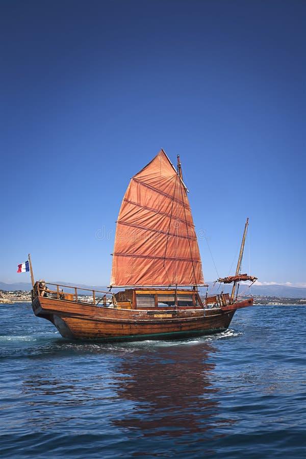 Stara pomarańczowa żagiel łódź fotografia stock