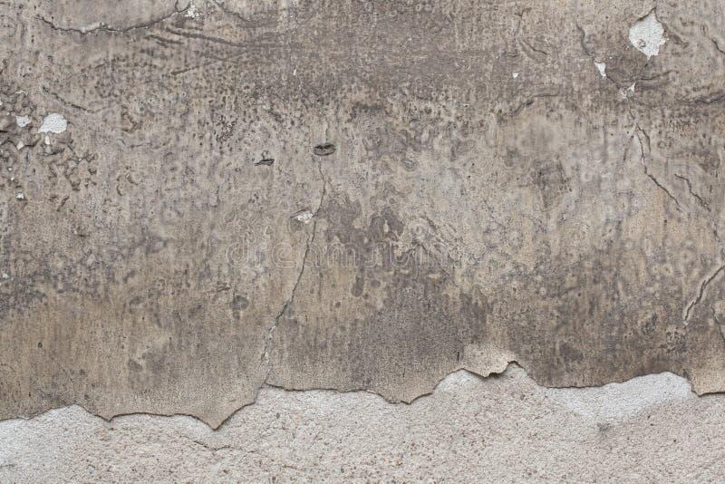 Stara popielata stiuk ściana z krakingowym tynkiem tło szczegółów tekstury okno stary drewniane obrazy stock