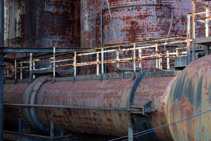 Stara przemysłowego kompleksu scena z rdzewiejącą obieranie farbą, zbutwiały metal zdjęcia stock