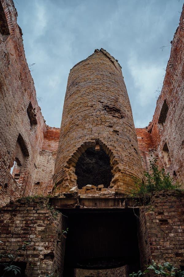 Stara przemysłowego pa ruina w zaniechanej czerwonej cegły fabryce zdjęcia stock