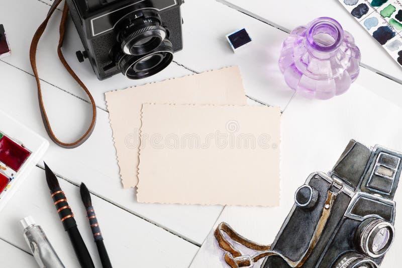 Stara pusta fotografia, akwareli nakreślenie, retro kamera i akwareli farby, obraz royalty free