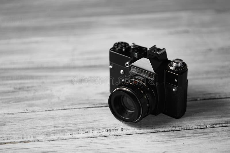 Stara ręczna kamera na białym tle na drewno stole Fachowa czarna kamera obrazy stock