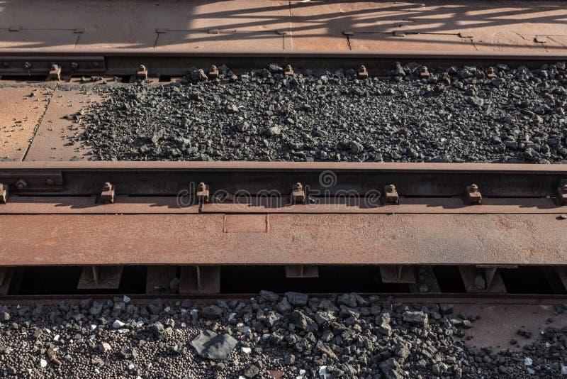 Stara rdza zakrywający pociągów ślada śmiecący z skałami i żelaz wyrkami zdjęcia stock
