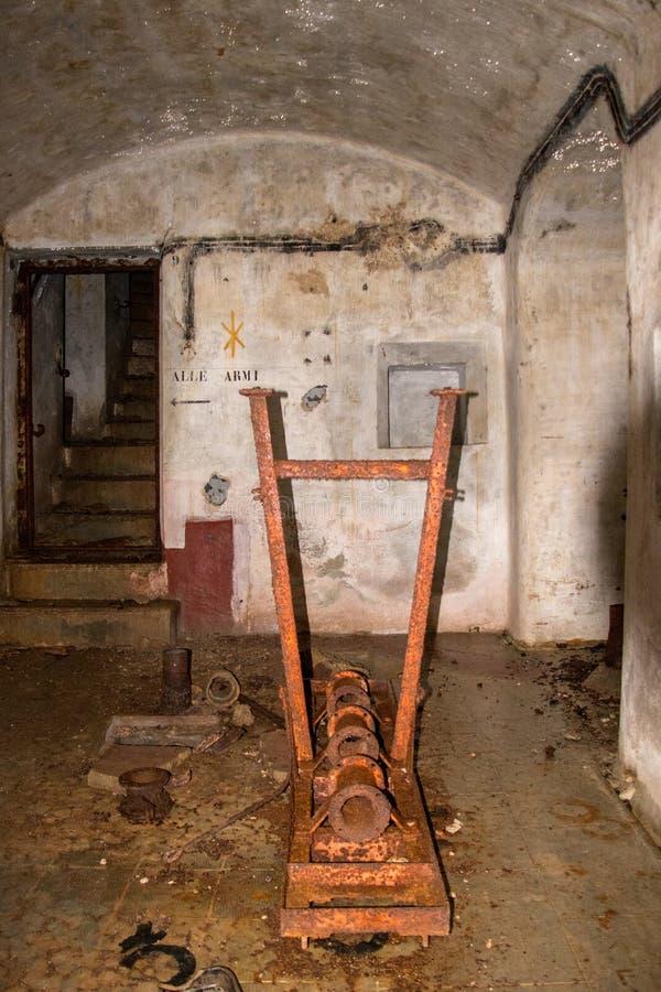 Stara rdzewiejąca drymba wśrodku bunkieru zdjęcie royalty free