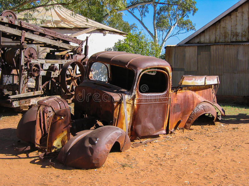 Stara Rdzewiejąca furgonetka obrazy stock
