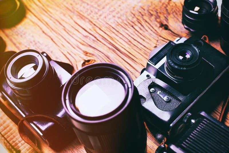 Stara retro kamera na rocznik drewnianych desek abstrakta tle obraz stock