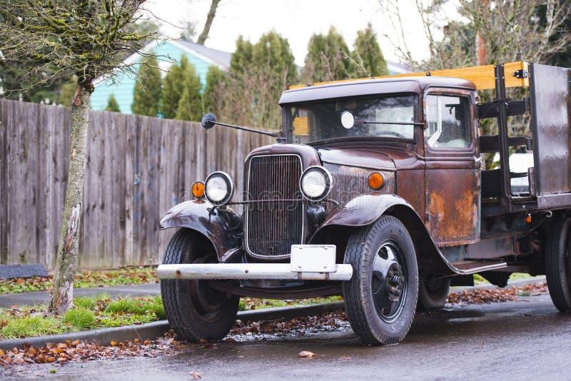 Stara retro ośniedziała ciężarówka na drodze w deszczu obraz stock